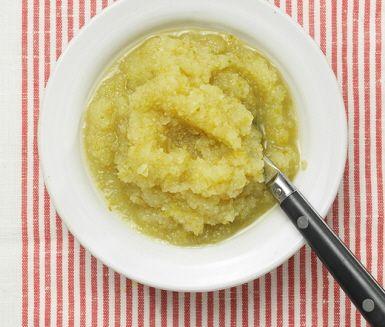 Äppelmos passar bra både till frukostgröten och till kötträtter. Det här äppelmoset innehåller citronsaft, vilket gör det extra syrligt och gott. Förvara gärna moset i kylskåpet en stund före servering!