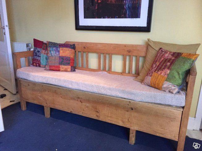 Fin antik kökssoffa i gott skick, längd 187 cm , förvaringsplats i sittdelen eller extra sovplats .