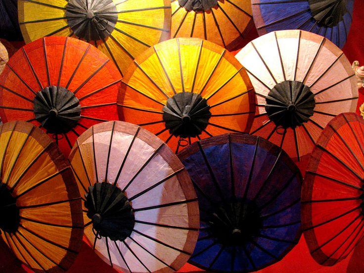 Sombrillas en Mercado Nocturno de Artesanía