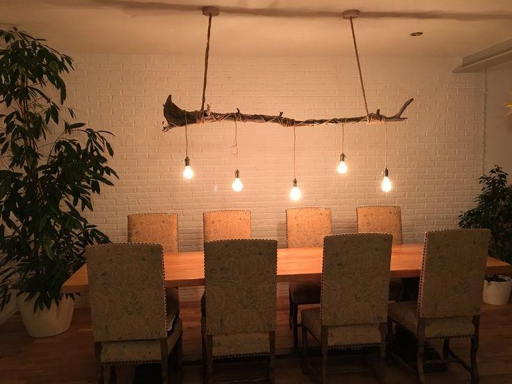Lampe aus Treibholz, Vintage-Glühbirnen und Textilkabel