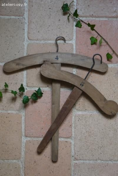 Anciens cintres en bois . Brocante de charme atelier cosy.fr