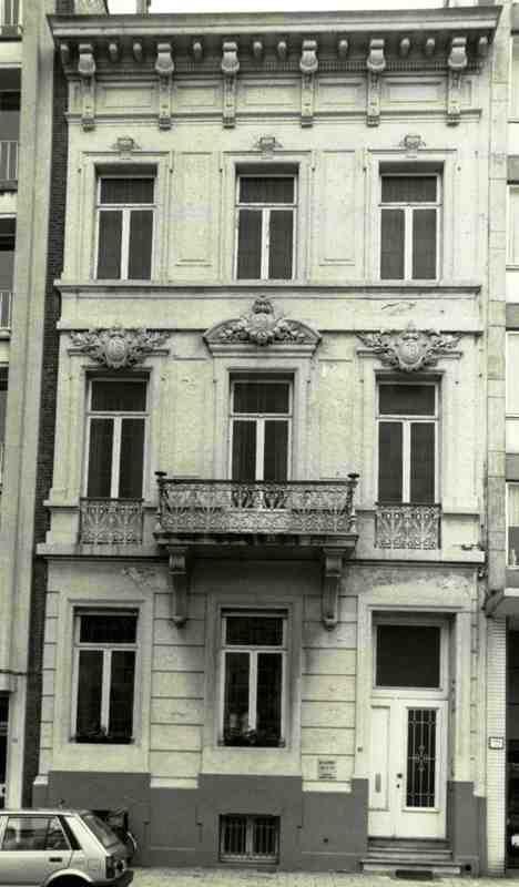 Antwerpsestraat in Boom:Dit neoclassicistisch burgerhuis van drie traveeën en drie bouwlagen gedateerd 1878 in cartouches. Beraapte lijstgevel op verhoogde begane grond met schijnvoegen, paneelwerk, kordons; brede houten kroonlijst op consoles, alternerend met klossen en tandlijst. Bel-etagebalkon en flankerende vensters met fraaie ijzeren leuning en plastisch uitgewerkte sleutels waarin jaartal 18/78 en initialen LV. Rechthoekige omlijste muuropeningen, in bovenbouw met oren en sleutel.