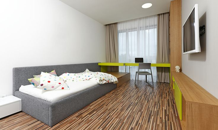 Zimmer mit Bett, Kommoden, Schreibtisch, Schrank