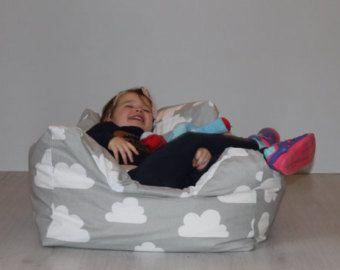 Silla pelotita para bebés y niños pequeños. Nubes de grises Farg y tela. Guardería, sala de juegos decoración. Diseño escandinavo. Nuevo bebé presente.