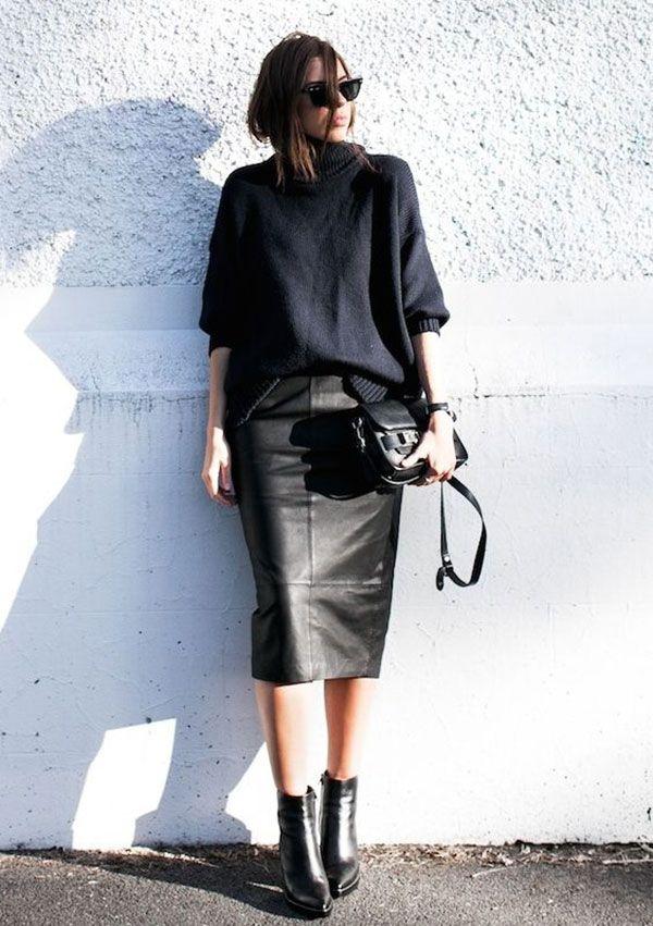 street style de saia de couro com bota e suéter gola