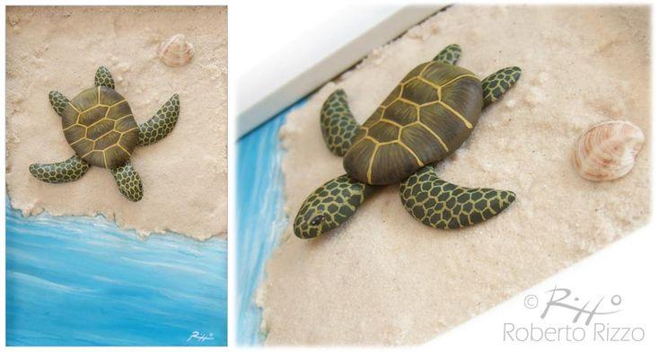 Tartaruga su spiaggia - sabbia, pietra, conchiglia, creta e acrilici su pannello - cm. 10 x 15