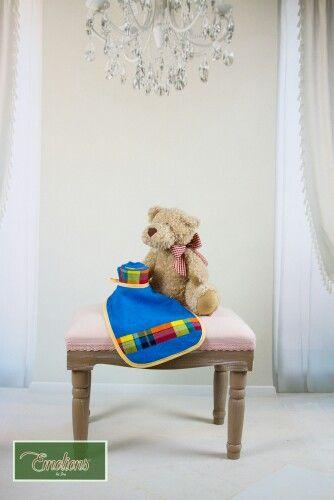 Duo MPILO  1 bavoir et 1 lange en éponge et madras qui accompagneront bébé lors des sorties.  Modèle unique.  Possibilité de compléter avec les autres produits de la gamme.