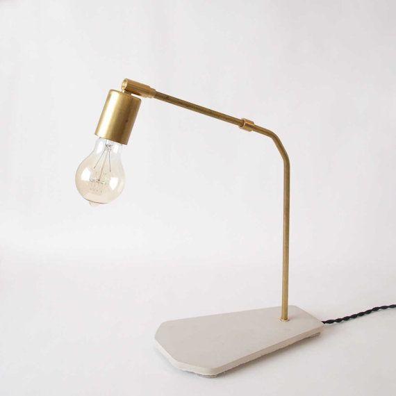 Lampe béton laiton Seymour mi siècle éclairage bureau par gdomm