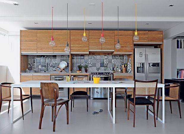 A história de que ela precisa ser neutra ficou para trás. No novo modelo de cozinha – aberto para as salas – cabe de tudo, mas principalmente estampas. Padrões, ora coloridos, ora preto e branco, dão ritmo a estes cinco projetos