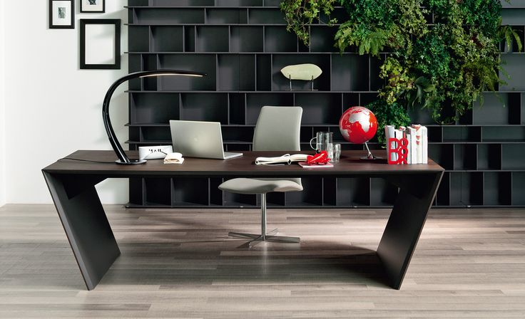 Desk in polished stainless steel or covered in Canaletto walnut (NC) or burned oak (RB) with inner sides painted in matt graphite (OP69).…