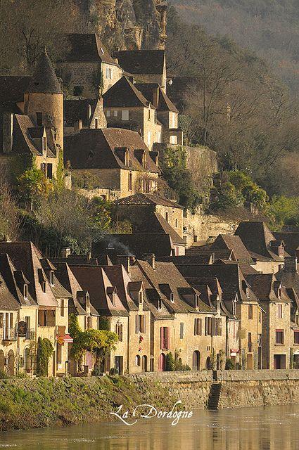 La Roque Gageac, Dordogne,//La Roque-Gageac est une commune française située dans le département de la Dordogne, en région Nouvelle-Aquitaine. Elle fait partie de l'association Les Plus Beaux Villages de France. Wikipédia