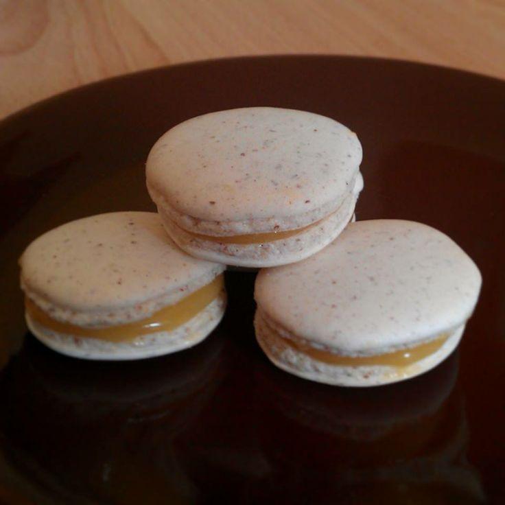 Macarons with lemon curd