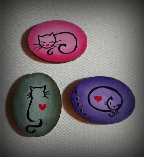 Katzen auf Steinen