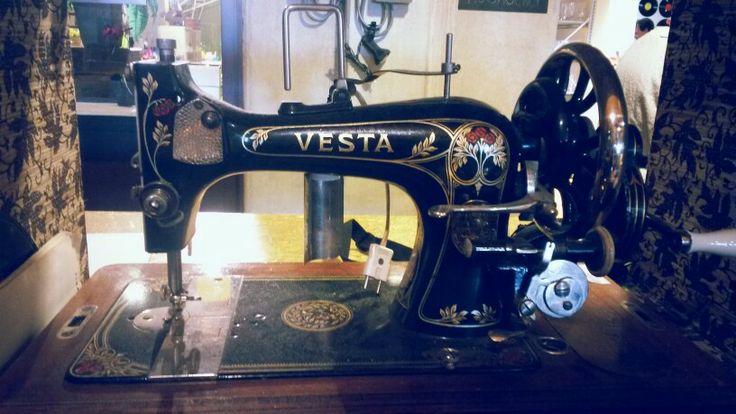 Wie kent ze..? De oude vesta naaimachines! www.thevintagestore.eu
