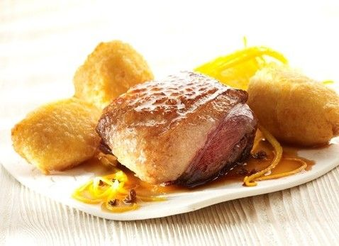 Kook de geschilde aardappelen gaar in licht gezouten water en pureer. Snijd de buitenste rand vet van de eendenfilet weg en trek met een scherp mes diagonale inkepingen in de …