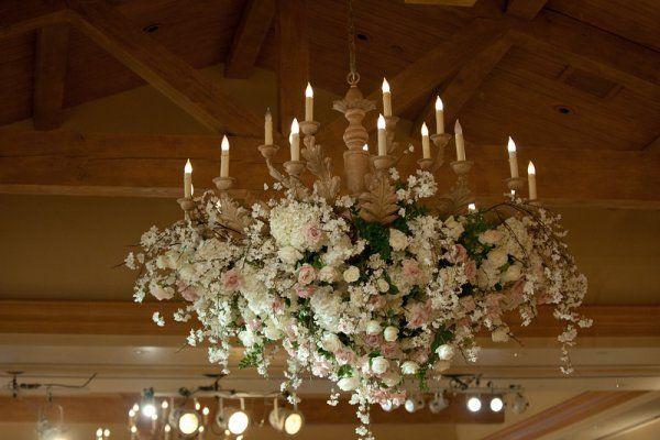 Lustre fleuri - #decoration #mariage #decormariage #inspirationmariage #fleurs #decor #decorsupendu #fleursuspendue #wedding #weddingdecor #weddingideas #weddinginspiration #flowers #hangingdecor #hangingflowers #hangingfloraldecor