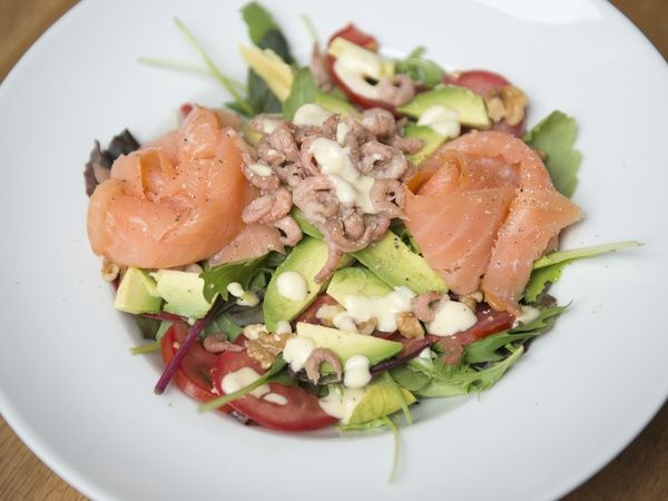 Salade van zalm, hollandse garnalen, avocado