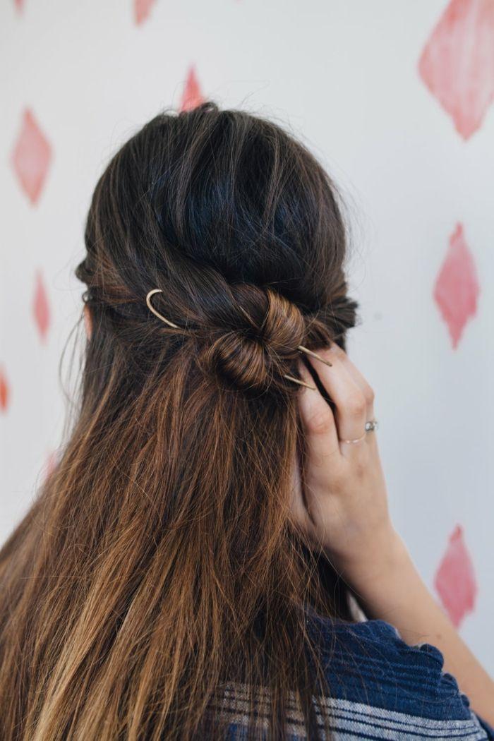 semirecogidos media melena, mujer con pelo largo abundante estilo ombre, semirecogido con mechas torcidas y broche grande