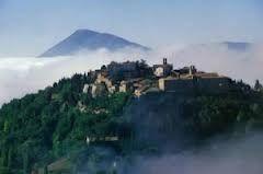 Terra di confine tra l'Umbria e la Toscana, l'Alta valle del Tevere ha subìto influenze differenti nel corso della sua storia, che l'hanno portata ad avere una particolare architettura delle città e dei borghi, a partire proprio da Città di Castello,il suo centro più importante.
