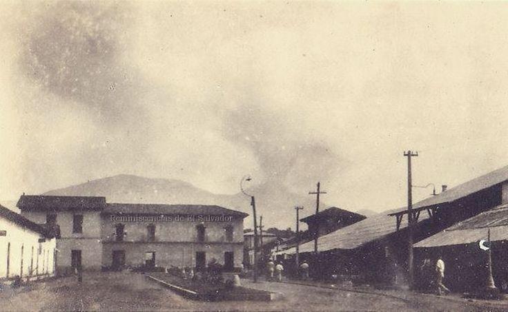 Antigua plazuela en Aduana de Sonsonate,al fondo el Volcán de Izalco en erupción