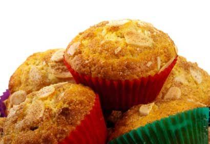 Pour un extra de saveur, garnir chaque muffin d'une tranche de pêche avant de les mettre au four.
