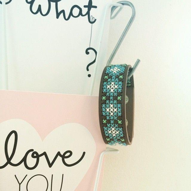 armband erg leuk om weer eens te borduren. #armband #borduren #boho #ibizastyle…