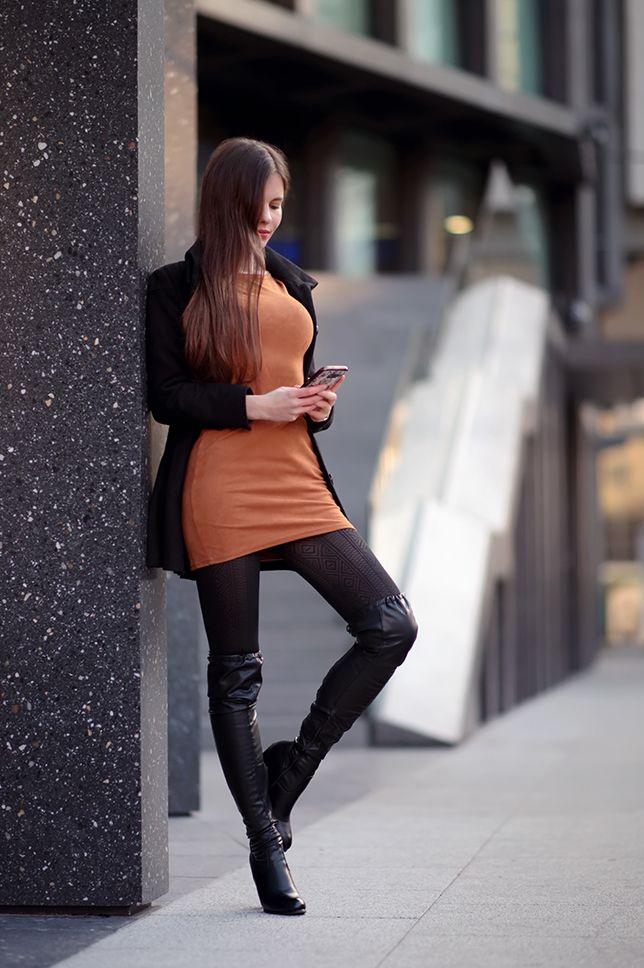 Brazowa Sukienka Czarny Plaszcz Wzorzyste Rajstopy I Blyszczace Skorzane Kozaki Ari Maj Personal Blog By A Fashion Black Patterned Tights Fashion Outfits