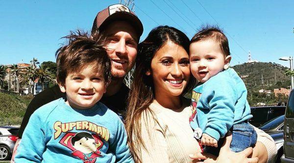 Messi nie jest już blondynem! Przefarbował włosy. Kilka tygodni temu Lionel Messi zaskoczył wszystkich sporą zmianą wizerunku, kiedy to przefarbował włosy na jasny blond. Teraz Argentyńczyk wrócił do ciemniejszego koloru. - http://www.sportfejm.pl/messi-nie-jest-juz-blondynem-przefarbowal-wlosy/15093/