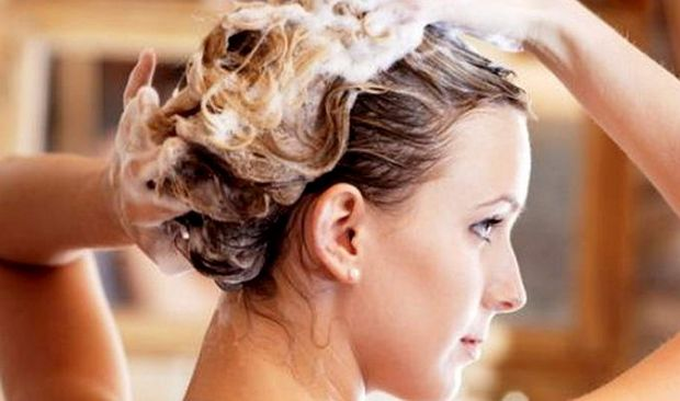 Маски на основе кисломолочных продуктов - они содержат витамины группы В, РР, биотин и холин - вещества, необходимые для полноценного питания и роста волос. За час до каждого мытья наносите домашнюю простоквашу на всю длину волос, а затем, аккуратно втирайте состав в корни, покройте голову утепляющим колпаком из целлофана и полотенца, а потом помойте обычным способом.