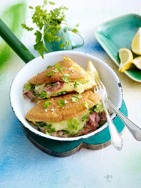 Omelett à la Cordon Bleu Zutaten (2-4 Personen)  4 Eier, 75 g Kräuter-Frischkäse, 2 TL Öl, 1/2 Bund Petersilie, 8 Stiele Kerbel, 1 Bio-Ztrone, 75 g gekochter Schinken (sehr fein geschnitten), 75 g Raclettekäse (in Scheiben), Meersalz