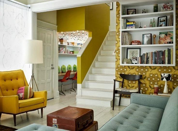 Маленькая гостиная   #горчичный #гостиная #желтый #книги #лестница #маленькаяплощадь #ниша #стеллаж #чемодан