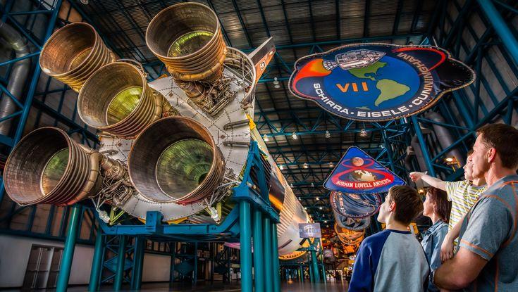 Os ingressos custam de U$40 para crianças (3 à 12 anos) e U$50 para adultos, mais impostos, e ainda incluem um passeio de ônibus pela base espacial. Uma verdadeira viagem ao espaço é que o turista poderá curtir no Centro de Visitantes Kennedy Space Center, em Cabo Canaveral, Flórida. O centro es...