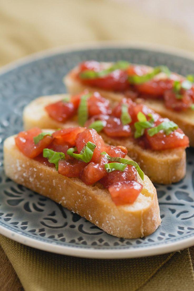 Ben je op zoek naar een verjaardags hapje? Serveer deze tomaten bruschetta.