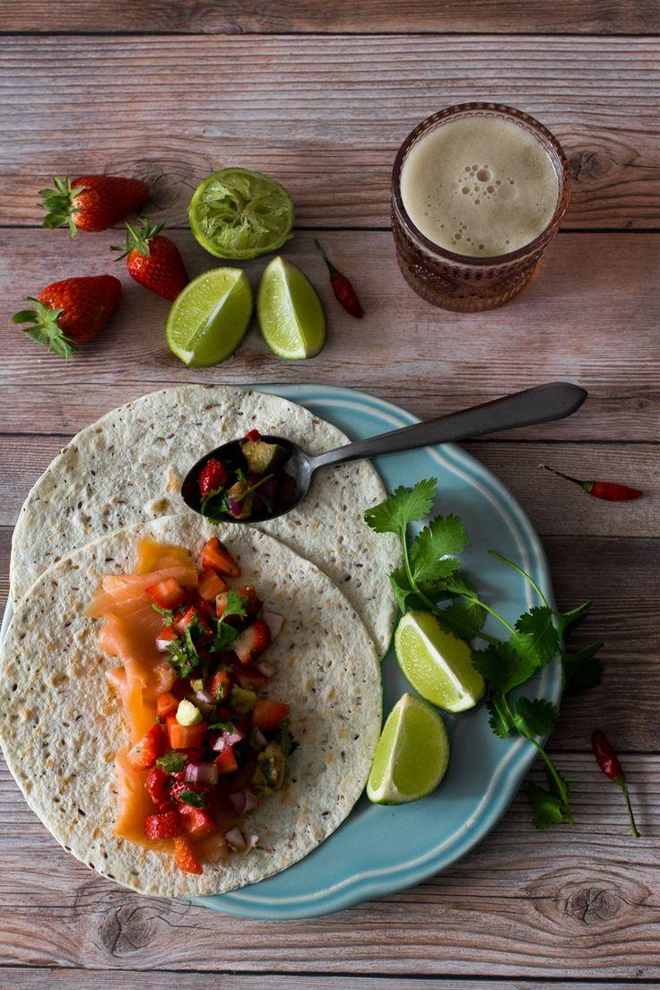 Tacos de salmão fumado com salsa de morangos e abacate . Smoked salmon tacos with strawberry and avocado salsa