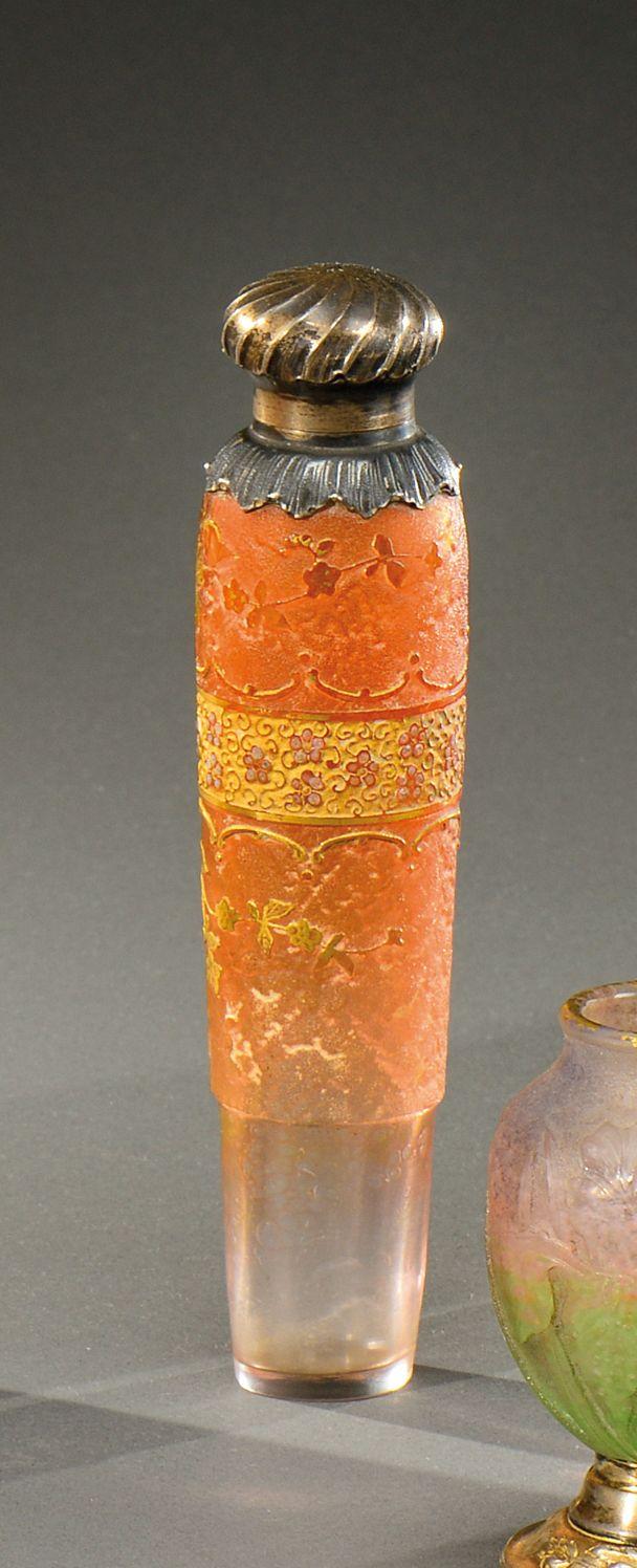 DAUM NANCY Flacon de parfum à corps conique en verre doublé teinté rose à décor dégagé à l'acide de motifs floraux rehaussés d'or sur fond givré. Monture et bouchon en argent. Poinçons. Vers 1900.