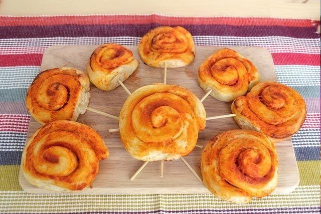 Girelle di pan mozzarella, scopri la ricetta: http://www.misya.info/2014/01/17/girelle-di-pan-mozzarella.htm