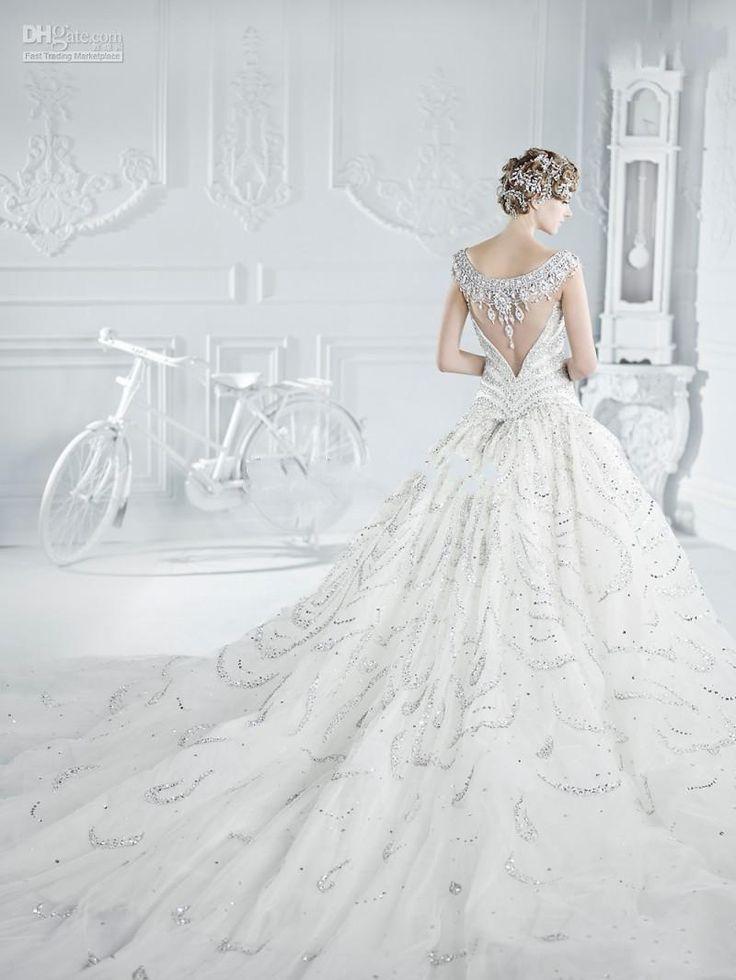 Vestido de novia cola tipo catedral, su elegancia y romanticismo salen a la vista - Sin palabras! www.anneveneth.com