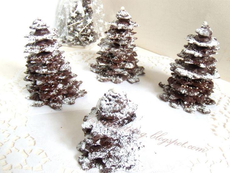 czekoladowe choinki (10 - 15 cm wysokości, czekolada, grylaż, aromatyczne dodatki)