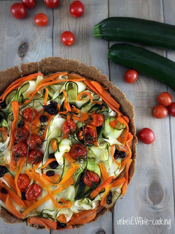 Teff-Tarte mit Dattelcreme und Gemüse