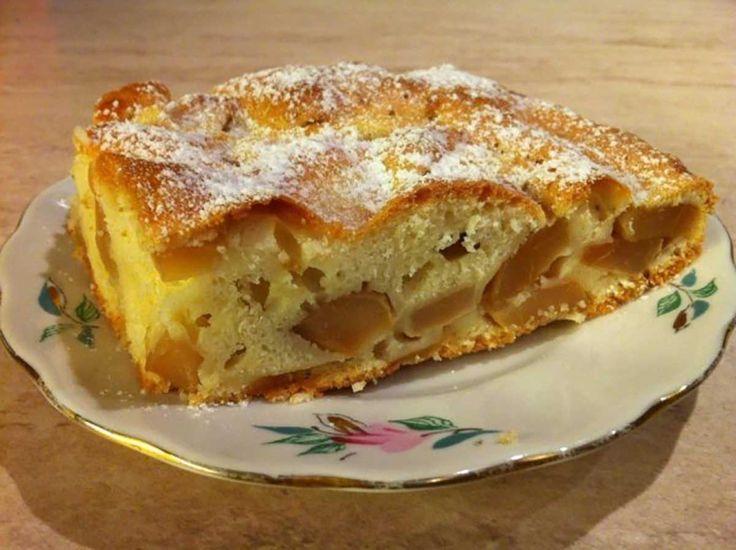 """Aveți multe mere și nu știți ce desert să preparați? Încercați această rețetă rapidă de prăjitură, care se prepară rapid, dar se mănâncă și mai repede. """"Prăjitura cu mere"""" este foarte moale, delicioasă și pufoasă și se prepară foarte simplu, din ingrediente care se găsesc în bucătăria fiecărei gospodine. Aroma de mere te ademenește și creează dependență. Savurați prăjitura cu ceai sau un pahar de lapte cald. INGREDIENTE -6-8 mere -3 ouă -9 linguri de ulei fără miros -1/2 pahar de zahăr ..."""