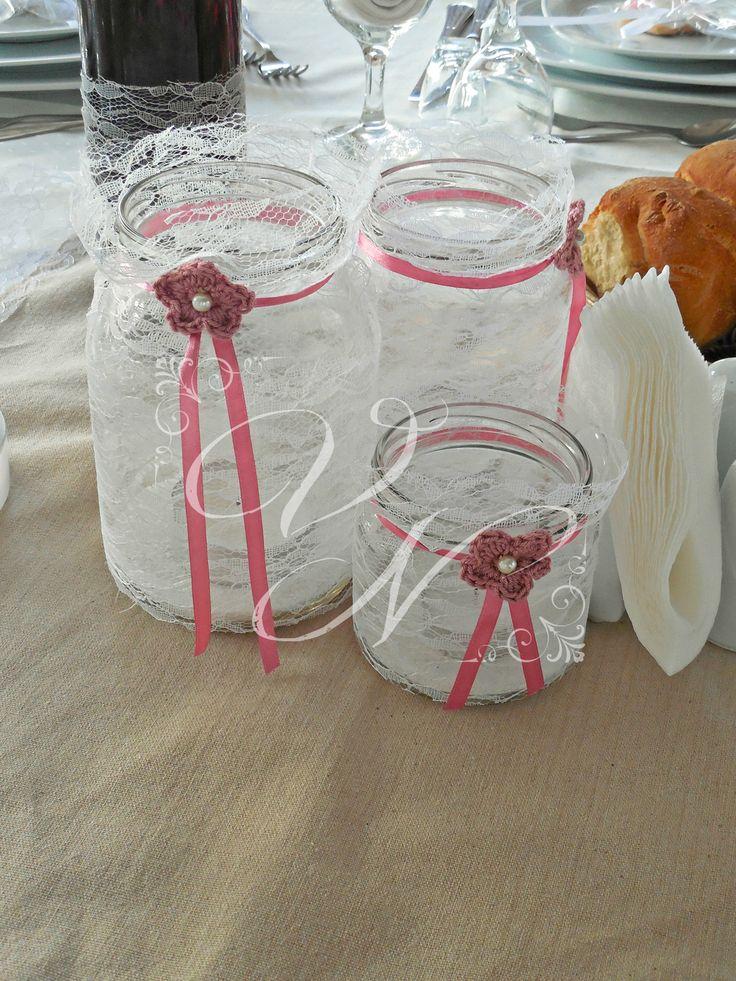 Διακόσμηση τραπεζιού βάπτισης: βάζα τυλιγμένα με δαντέλα και  χειροποίητα πλεκτά λουλούδια - Baptism table centerpiece: mason jar coverd with lace and handmade chrochet flower