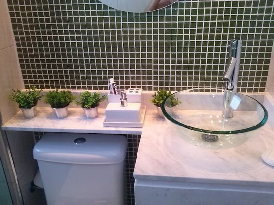 Ter de lidar com um banheiro pequeno é a realidade de muita gente hoje em dia. E decorar um cômodo ...