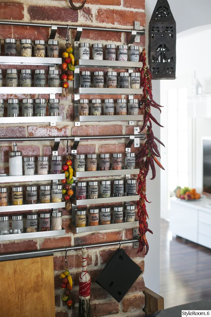 Helena Ahti-Hallbergin mausteseinällä on paljon itsekasvatettua ja kuivattua, kuten kesän chilisatoa. #mausteet #mausteseinä #maustehylly #keittiö #kodinsisustus
