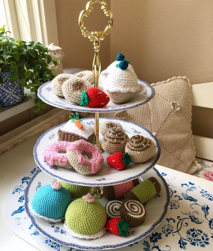 Ett kakfat som jag har virkat 😊 #virkat #crochet #virkadkaka #virkadekakor  @ELINORP on instagram 😊
