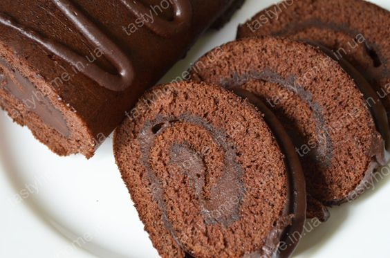 Бисквитный шоколадный рулет