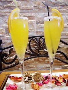 Coctel Mimosa sin alcohol ½ l. de zumo de naranja natural colado ¼ l. de agua con gas ¼ de l. de zumo de uva O bien, sustituimos el agua y el zumo de uva por sidra sin alcohol tipo El Gaitero, para mi gusto está mas rico. Para los más golosos también un par de cucharadas de azúcar