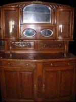 Muebles antiguos de aparador de cedro con alzada.