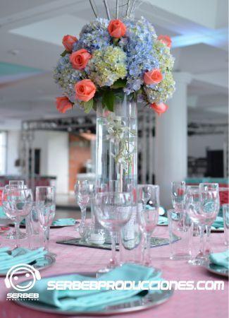 Centro de mesa con Hortensias, Rosas, orquídea hawaiana y follaje.