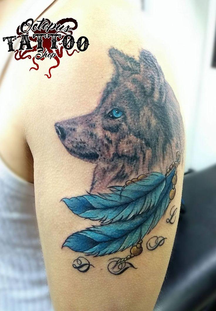Tatuaje lobo pluma brazo mujer color azul    Realizado en Octopus Tattoo Shop   Por Sergio Rueda  Facatativá - Cundinamarca   Whatsapp: 3133398444