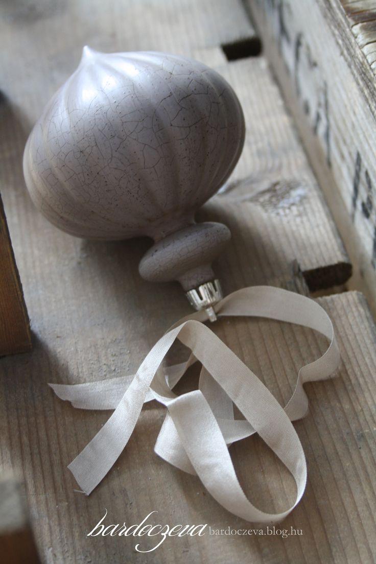 Lila műanyag karácsonyfadísz újjászületése repesztéssel - PURE DESIGN #pentart